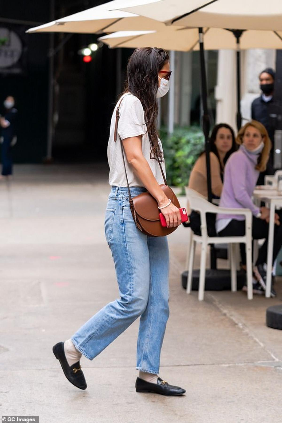 Nữ diễn viên để tóc ướt, mặc áo phông, quần jeans trẻ trung ra phố.