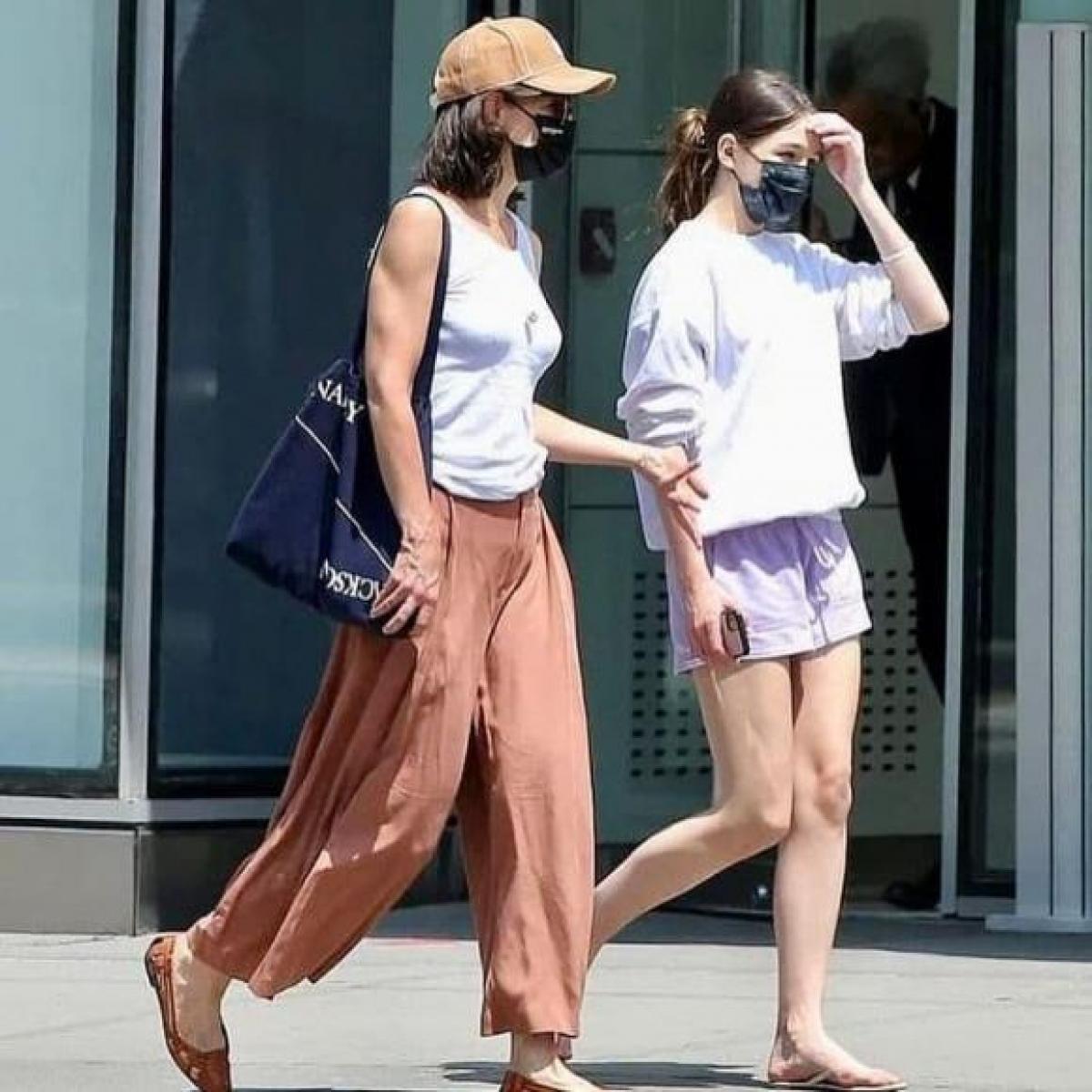 Vợ cũ của Tom Cruise diện áo thun trắng kết hợp cùng quần ống rộng. Nữ diễn viên cắt tóc trẻ trung, sành điệu.