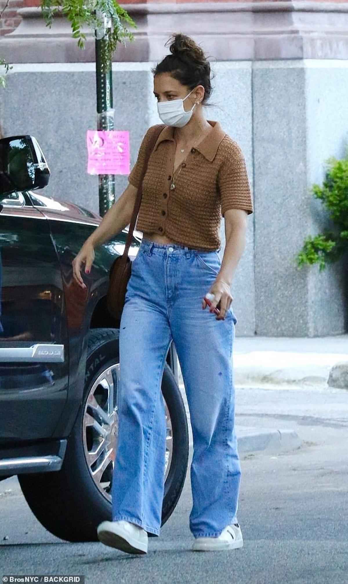 Nữ diễn viên để mặt mộc, mặc đồ giản dị ra phố.