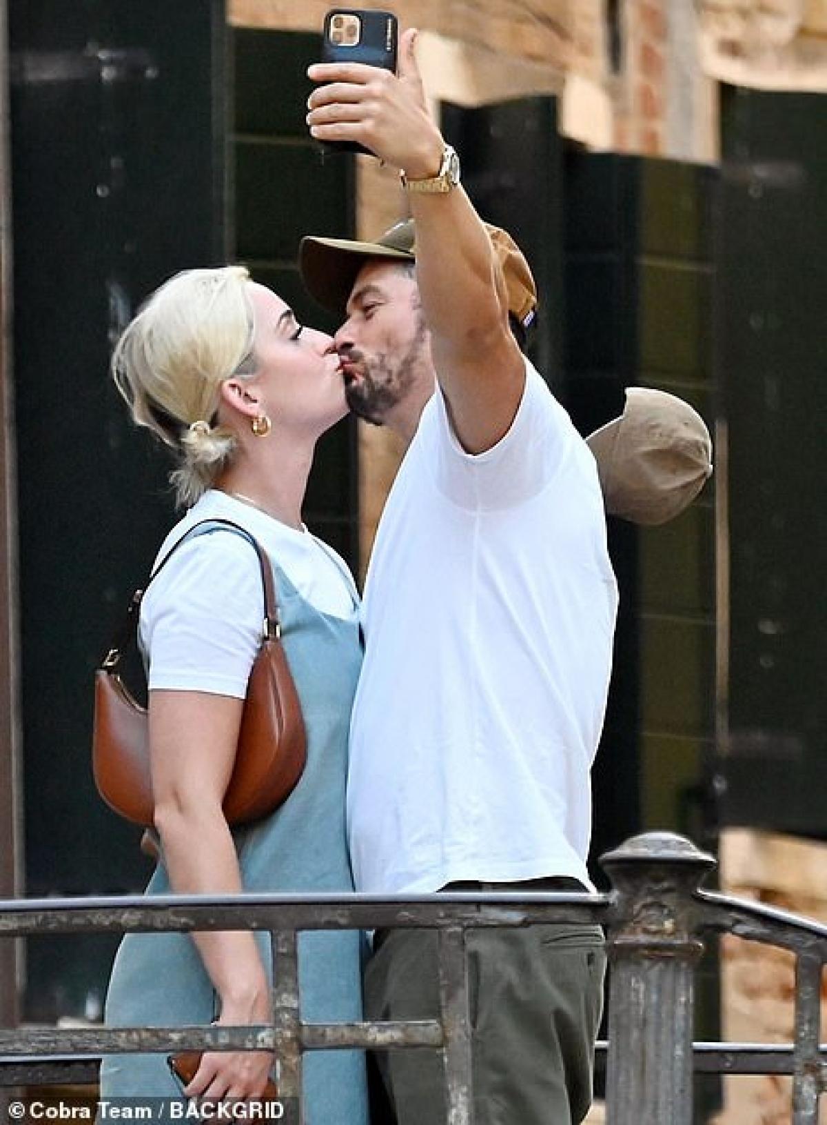 """Cả hai """"khóa môi"""" tình tứ ngay trên phố."""