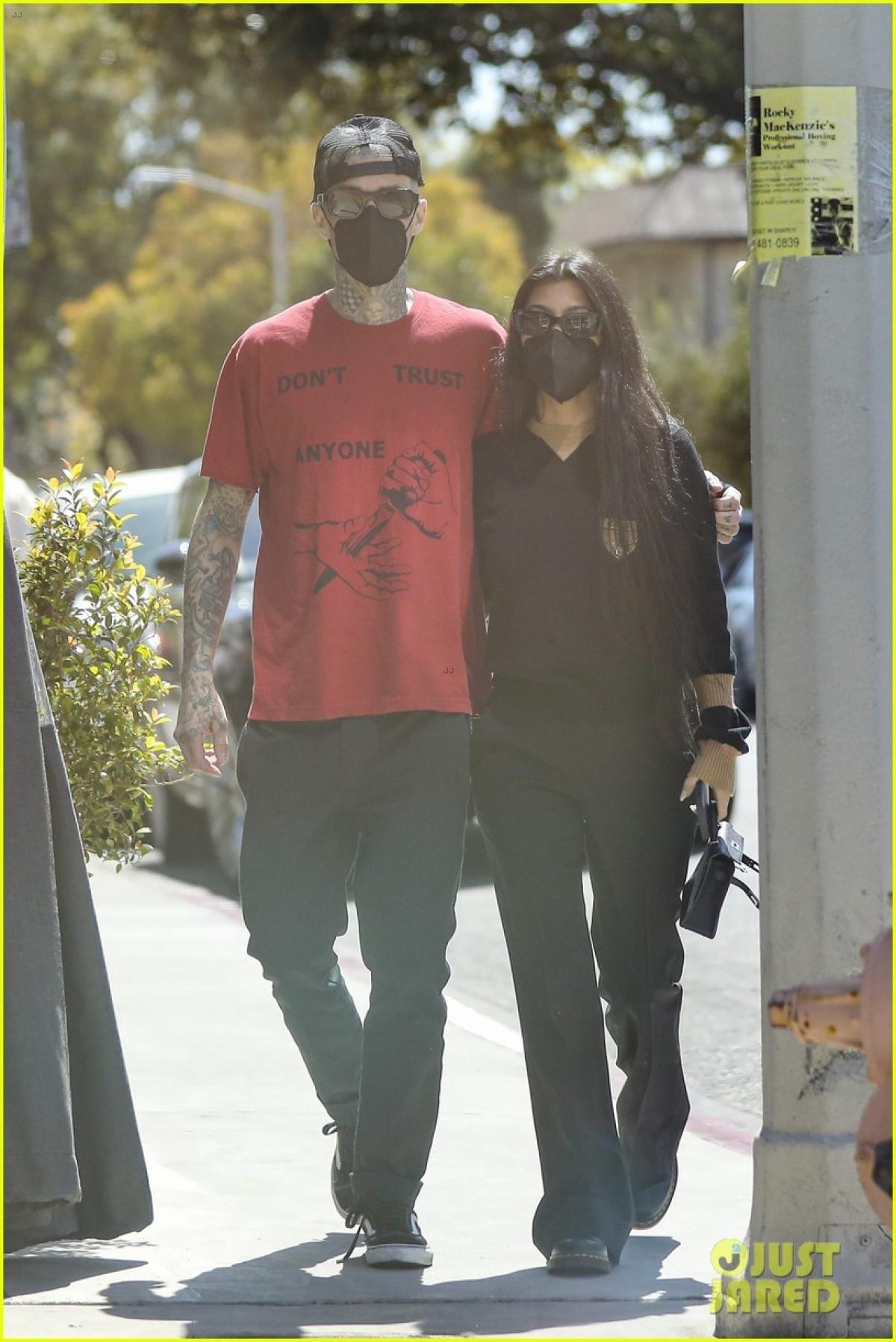Trên People, một nguồn tin thân cận cho rằng Kourtney và Travis Barker dành nhiều thời gian bên nhau tại nhà của bà Kris Jenner./.