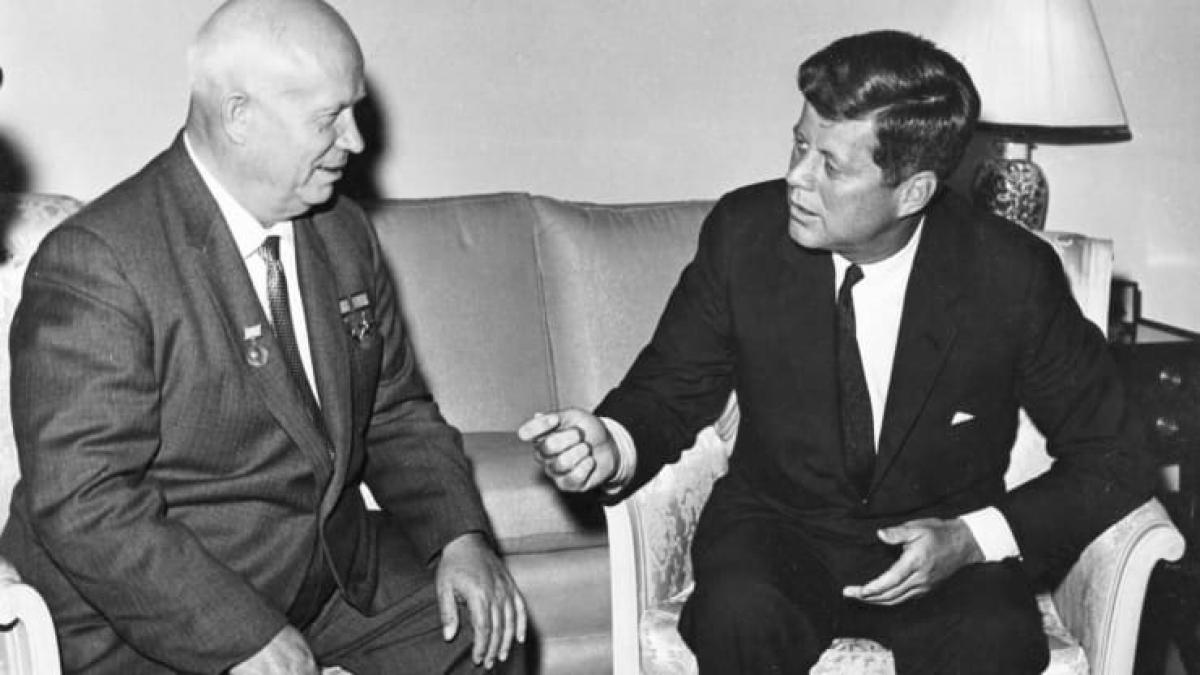 Tổng thống Mỹ John F. Kennedy (bên phải) gặp nhà lãnh đạo Liên Xô Nikita Khrushchev tại Đại sứ quán Mỹ ở Vienna, Áo, tháng 6/1961. Ảnh: Reuters