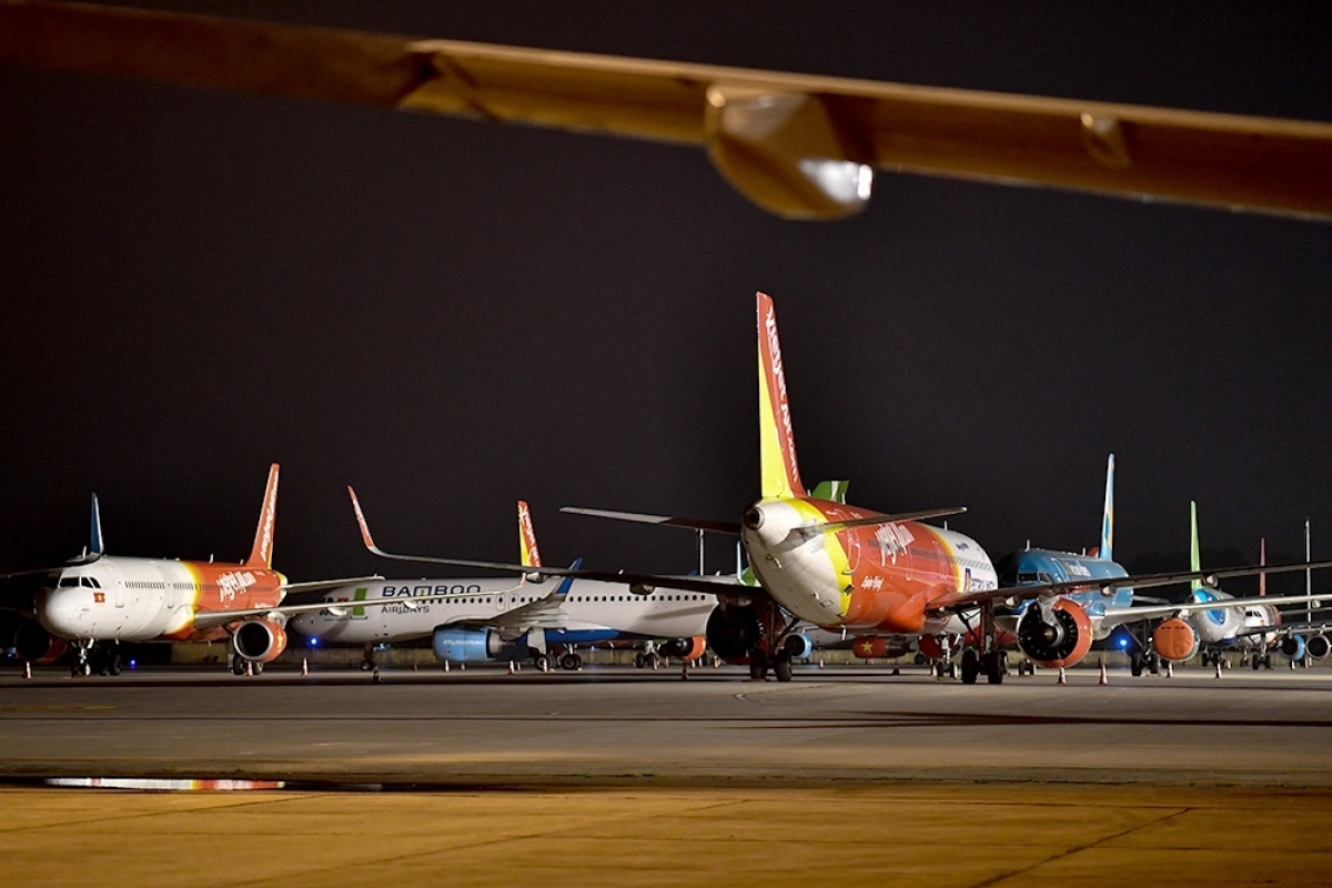 """Do ảnh hưởng của dịch bệnh Covid-19, lượng hành khách đi máy bay giảm mạnh khiến máy bay phải nằm """"đắp chiếu"""" ở sân bay."""