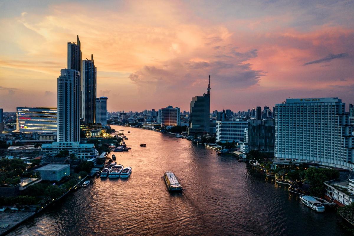 """Các khách sạn 5 sao gần khu vực sông Chao Phraya ở Bangkok cung cấp dịch vụ cách ly """"hạng sang"""" cho những người giàu bị mắc Covid-19. Ảnh: New York Times"""
