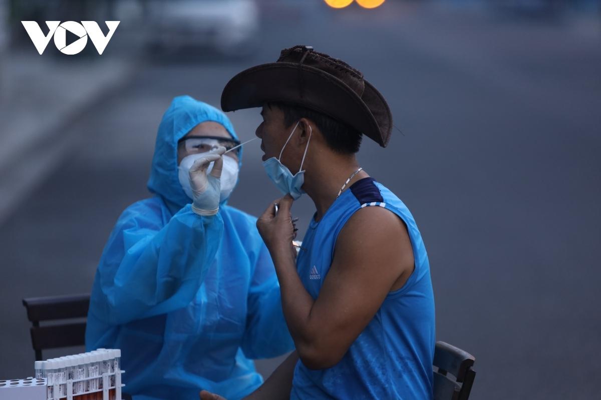 Lấy mẫu xét nghiệm người dân ở đường Bửu Đóa, thành phố Nha Trang.
