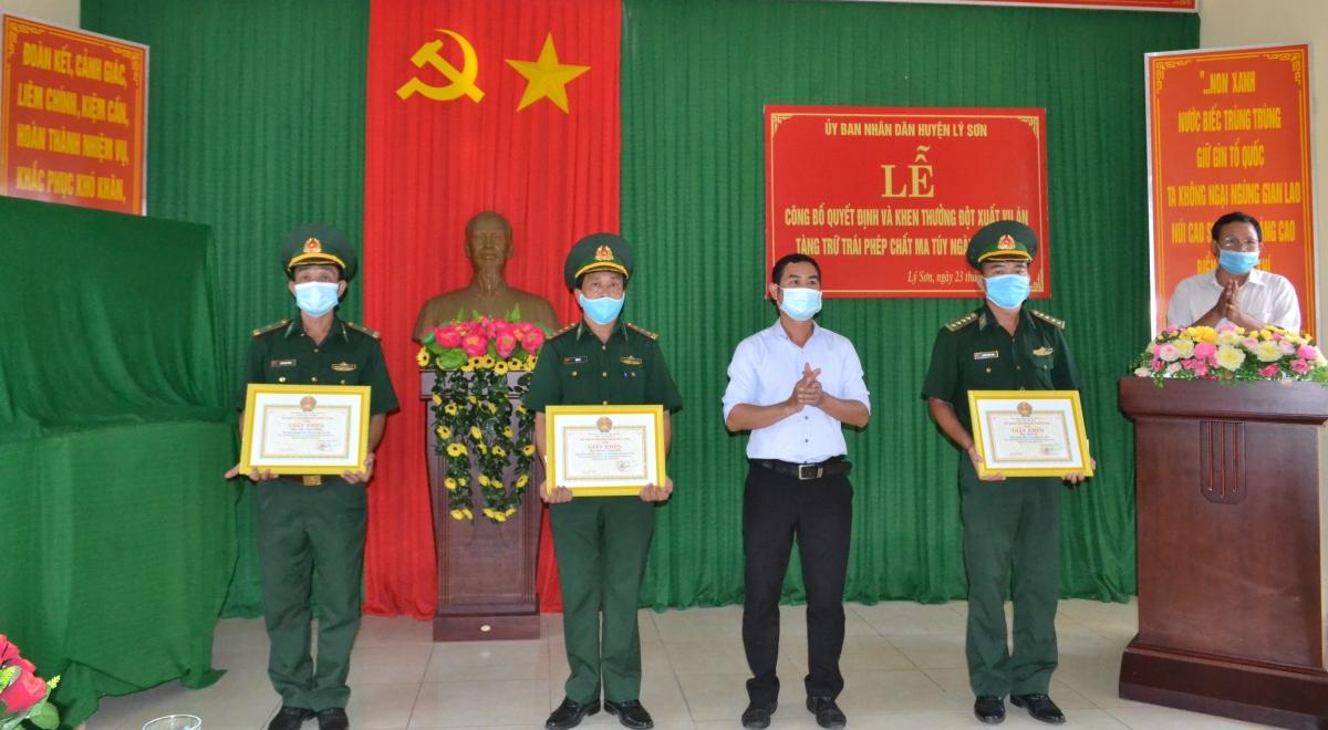 Lãnh đạo huyện Lý Sơn khen thưởng cán bộ, chiến sĩ Đồn Biên phòng Lý Sơn có thành tích xuất sắc trong công tác đầu tranh phòng, chống tội phạm ma túy.