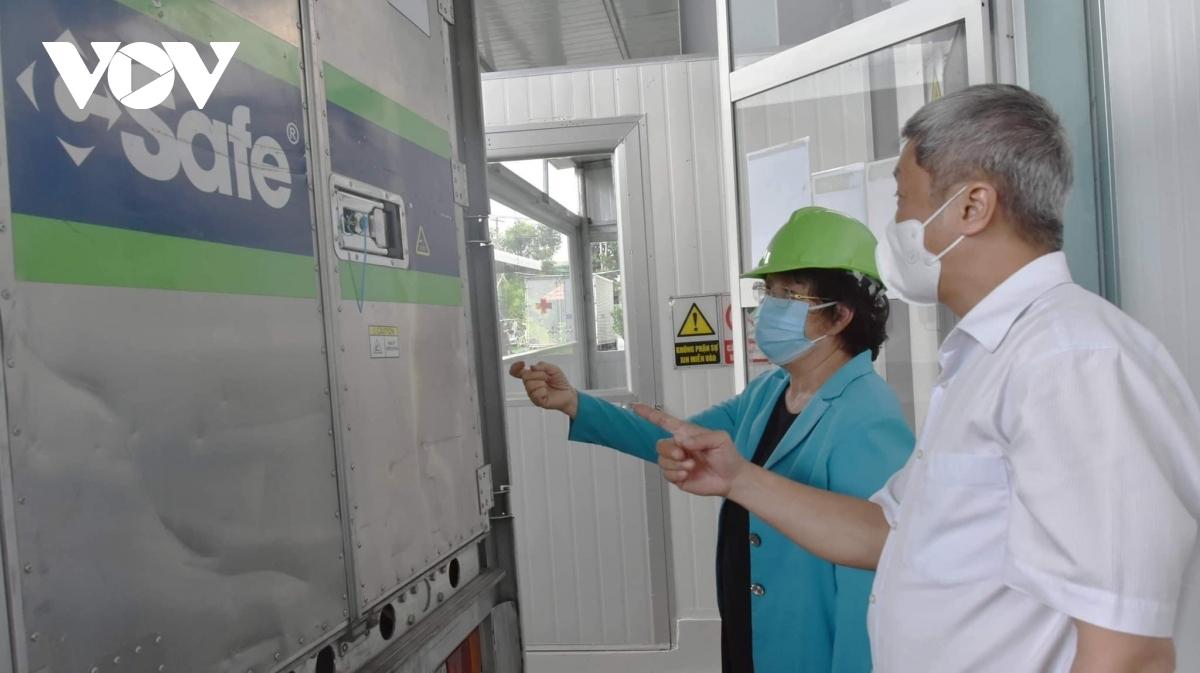 Thứ trưởng Bộ Y tế Nguyễn Trường Sơn kiểm tra kho lạnh chứa hơn 800.000 liều vaccine COVID-19 ở TP.HCM.