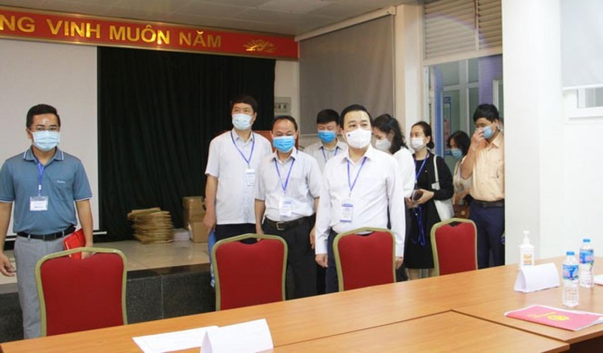Phó Chủ tịch UBND TP Hà Nội Chử Xuân Dũng kiểm tra tại Trường THPT chuyên Nguyễn Huệ (quận Hà Đông).