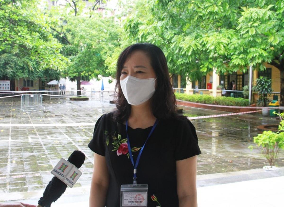 Bà Lê Thị Hồng, Trưởng điểm thi Trường THPT Phạm Hồng Thái, quận Ba Đình.