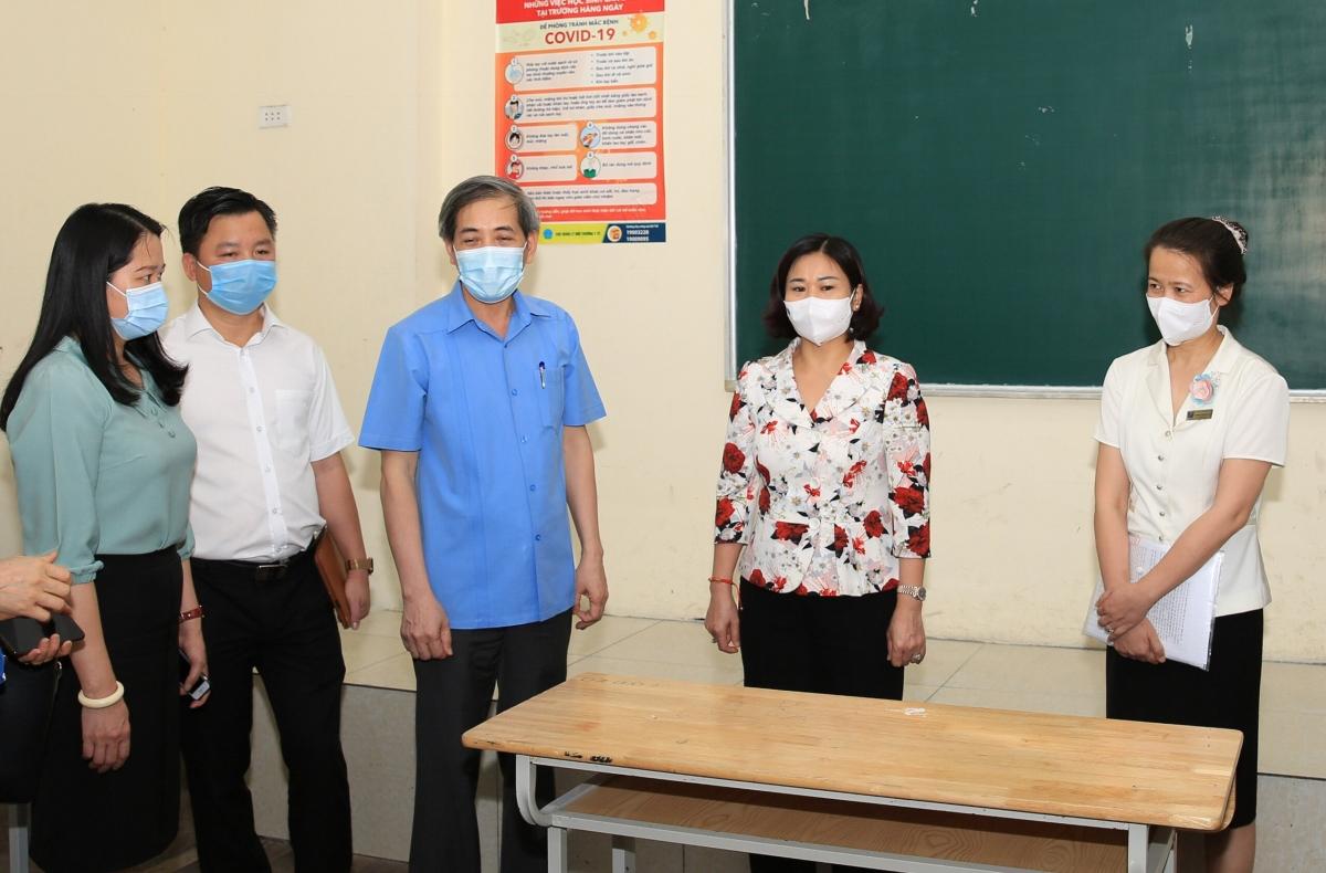 Phó Bí thư Thường trực Thành ủy Nguyễn Thị Tuyến kiểm tra công tác chuẩn bị tại điểm thi Trường THPT Phan Đình Phùng.