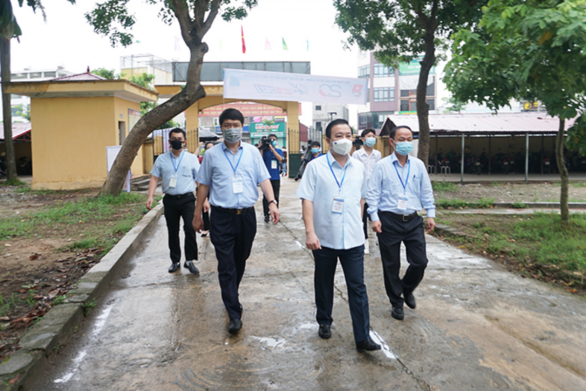 Đoàn công tác trực tiếp kiểm tra tại điểm thi trường THCS Nguyên Khê (huyện Đông Anh).