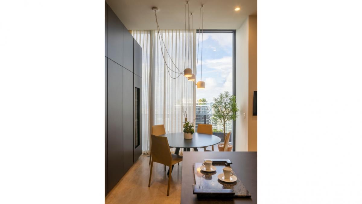 Cách thiết kế với tường kính bao quanh, trần nhà cao có thể khiến ánh sáng tràn vào căn phòng trong suốt ban ngày, phản chiếu khung cảnh lung linh của thành phố vào ban đêm.