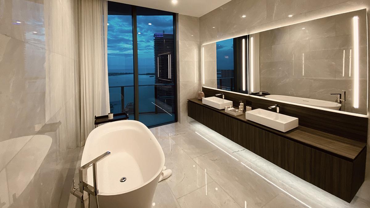 Phòng tắm với khung cảnh bờ biển./.