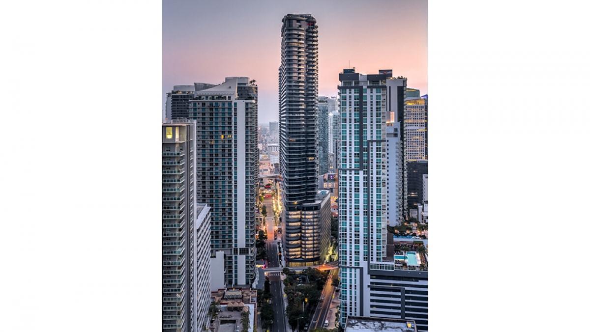 Căn penthouse nằm trên đỉnh tòa nhà trên đỉnh tòa nhà Brickell Flatiron lâu đời và cao nhất thành phố Miami. Từ căn penthouse có thể nhìn bao quát xuống thành phố, nhìn ra vịnh Biscayne và biển Đại Tây Dương.