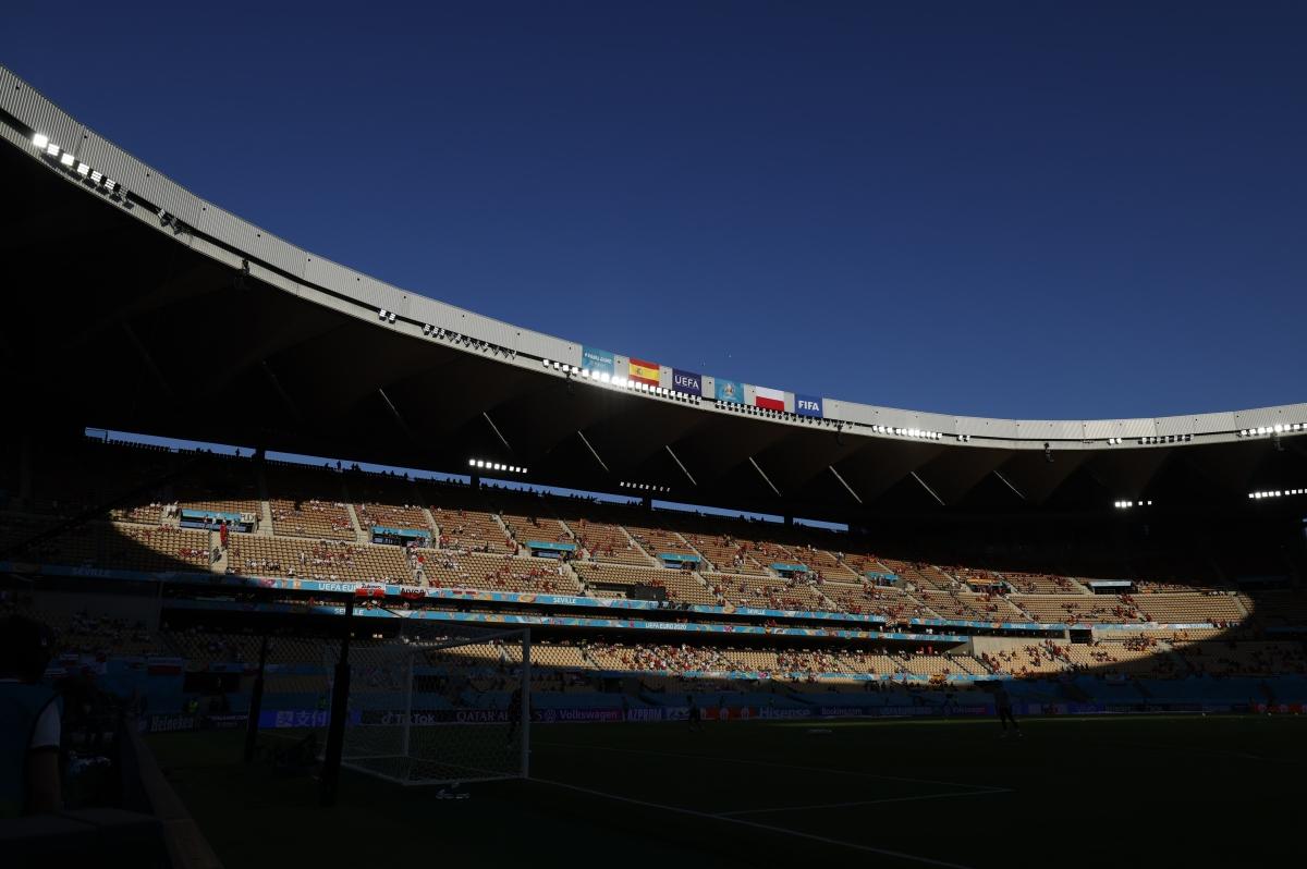 Không khí trong và ngoài sânLa Cartuja trước trận đấu. (Ảnh: Reuters).