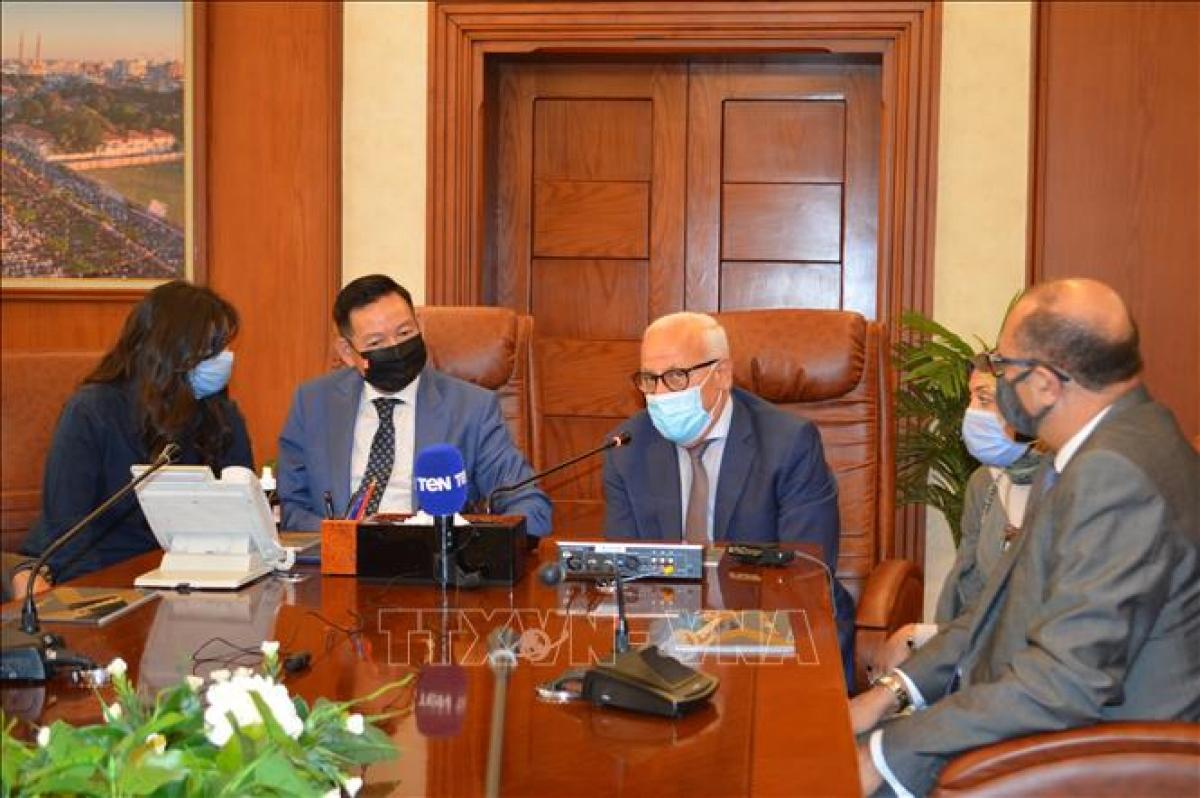 Ambassador Tran Thanh Cong meets with Adel e-Ghadban, the Governor of Port Said (Photo:VNA)
