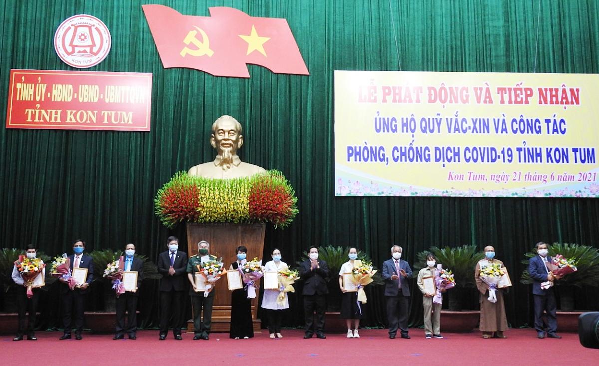 Lãnh đạo tỉnh Kon Tum trao chứng nhận và tặng hoa cảm ơn người ủng hộ Quỹ.
