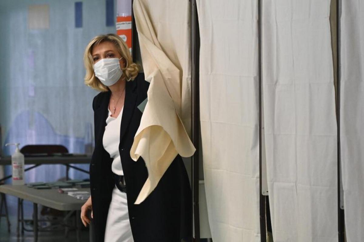 Lãnh đạo đảng cực hữu Le Pen đi bỏ phiếu trong cuộc bầu cử địa phương. Ảnh: AFP