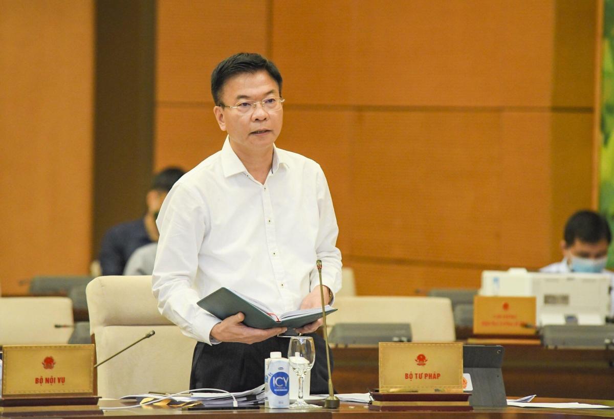 Bộ trưởng Bộ Tư pháp Lê Thành Long báo cáo tại phiên họp Uỷ ban Thường vụ Quốc hội. Ảnh: Doãn Tấn
