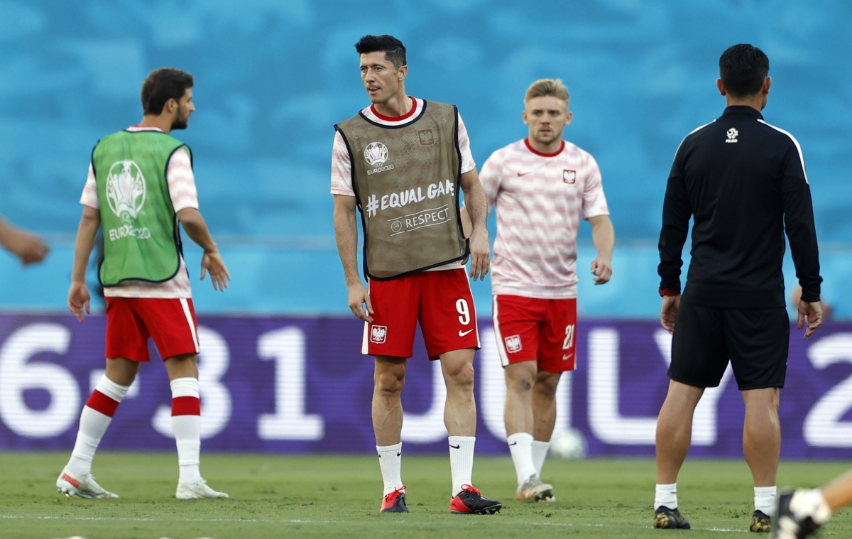 Lewandowski khởi động trước trận. (Ảnh: Reuters).