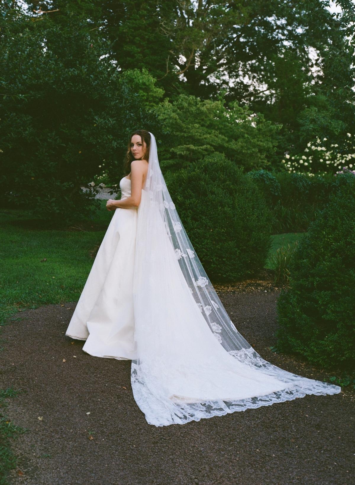 """Ban đầu, nữ diễn viên """"Dynasty"""" Elizabeth Gilles và nhà sản xuất âm nhạcMichael Corcoranđược cho là sẽ kết hôn vào tháng 4/2020 tại St. Regis ở Atlanta. Tuy nhiên, giống như rất nhiều cặp vợ chồng khác, đại dịch đã làm đảo lộn kế hoạch của họ - và khiến họ phải suy nghĩ lại mọi thứ. Thay vì một đám cưới xa hoa, cặp đôi đã tổ chứcđám cưới nhỏ tại một trang trại ở New Jersey.Cô dâu mặc một chiếc váy tuyệt đẹp của Oscar de la Renta./."""