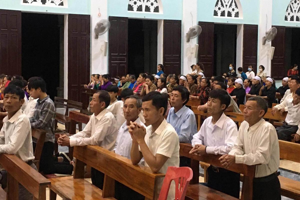 Các giáo dân tham dự thánh lễ đều không đeo khẩu trang. (ảnh: Vietnamnet.vn)
