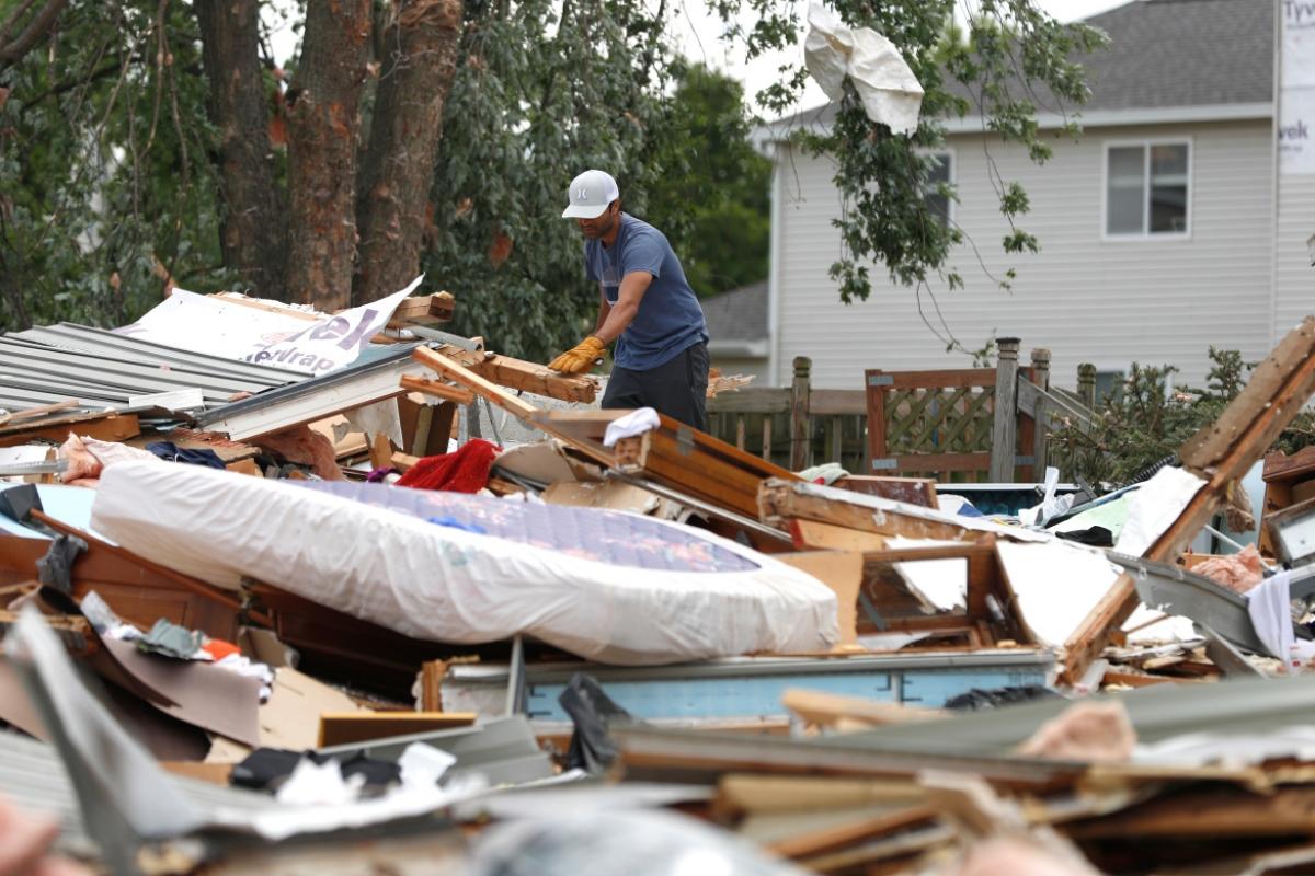 Ít nhất 5 người bị thương, hàng chục ngôi nhà bị phá hủy do lốc xoáy ở ngoại ô Chicago. Ảnh: Reuters