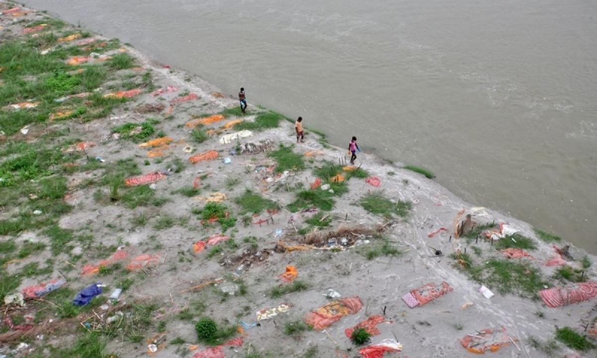 Hàng trăm thi thể đã được phát hiện dưới lòng sông Hằng sau các trận lũ lụt ở Ấn Độ. Ảnh: Reuters