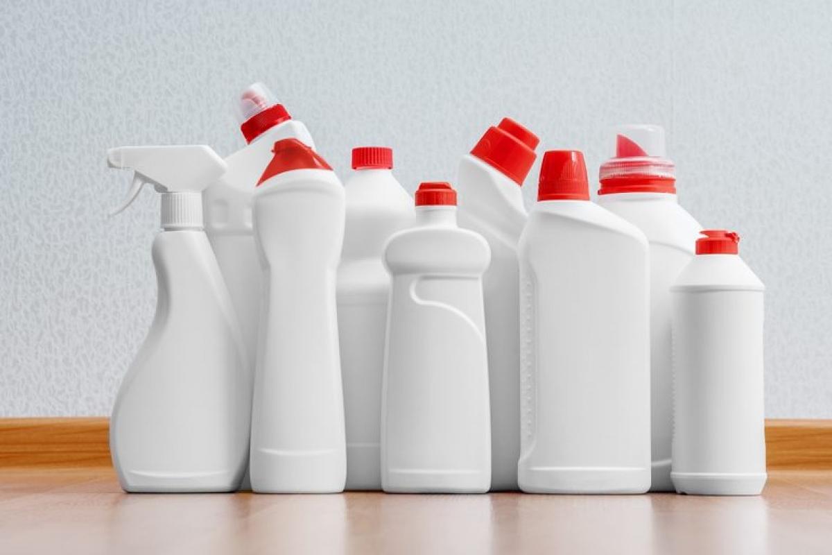 Các hóa chất tẩy rửa mạnh như thuốc tẩy, chlorine và amoniac có thể gây hen suyễn ở những người khỏe mạnh và làm tăng nặng các triệu chứng ở những người vốn đã mắc bệnh về phổi. Bạn nên thay thế các chất tẩy này bằng nước và xà phòng.