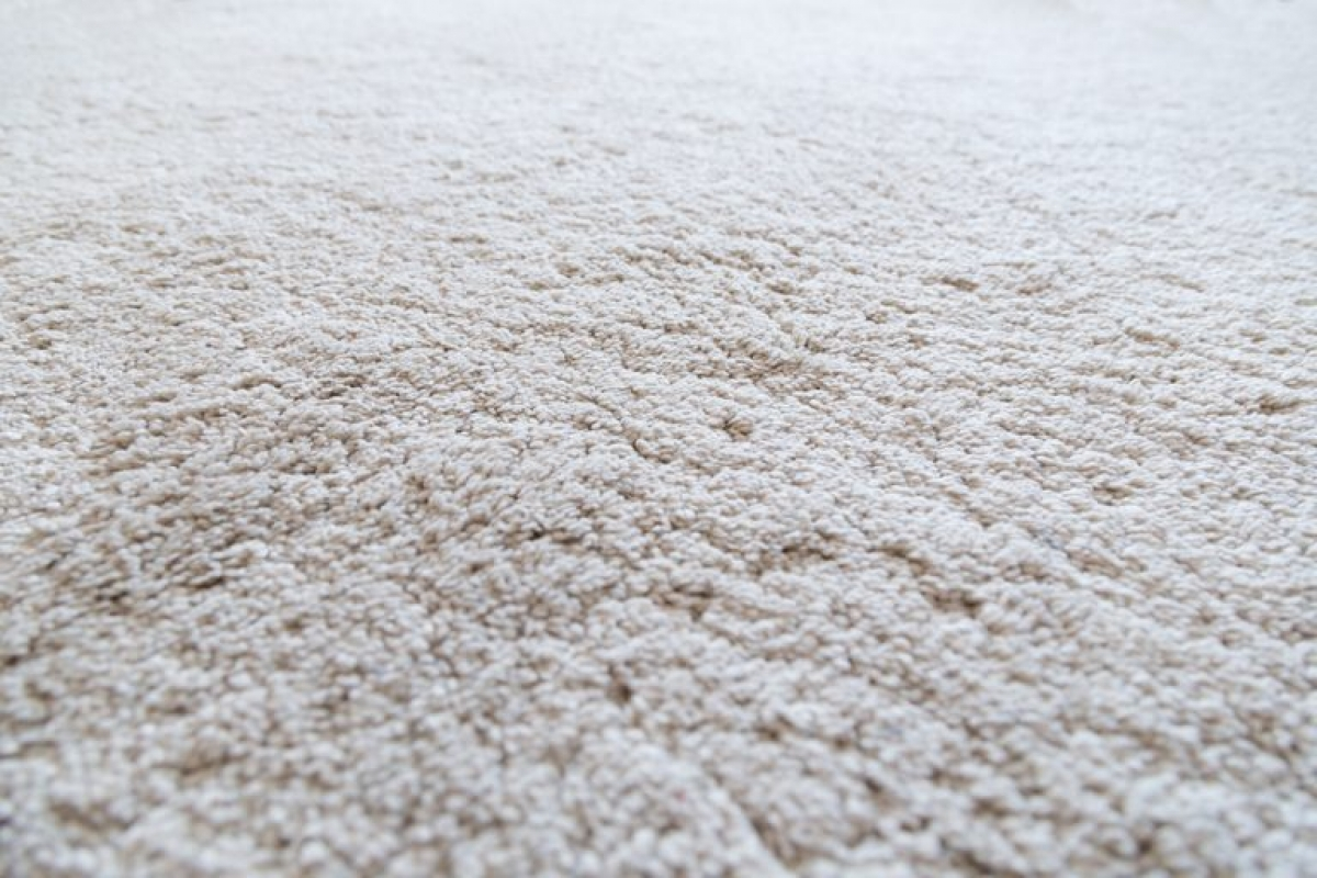 Thảm lông bắt bụi nhiều hơn sàn nhà. Khi bạn đi lại trên thảm, các phân tử bụi bám trên thảm sẽ bay lên, gây kích ứng đường hô hấp. Bạn nên thường xuyên làm sạch thảm trải nhà để tránh các vấn đề về hô hấp.