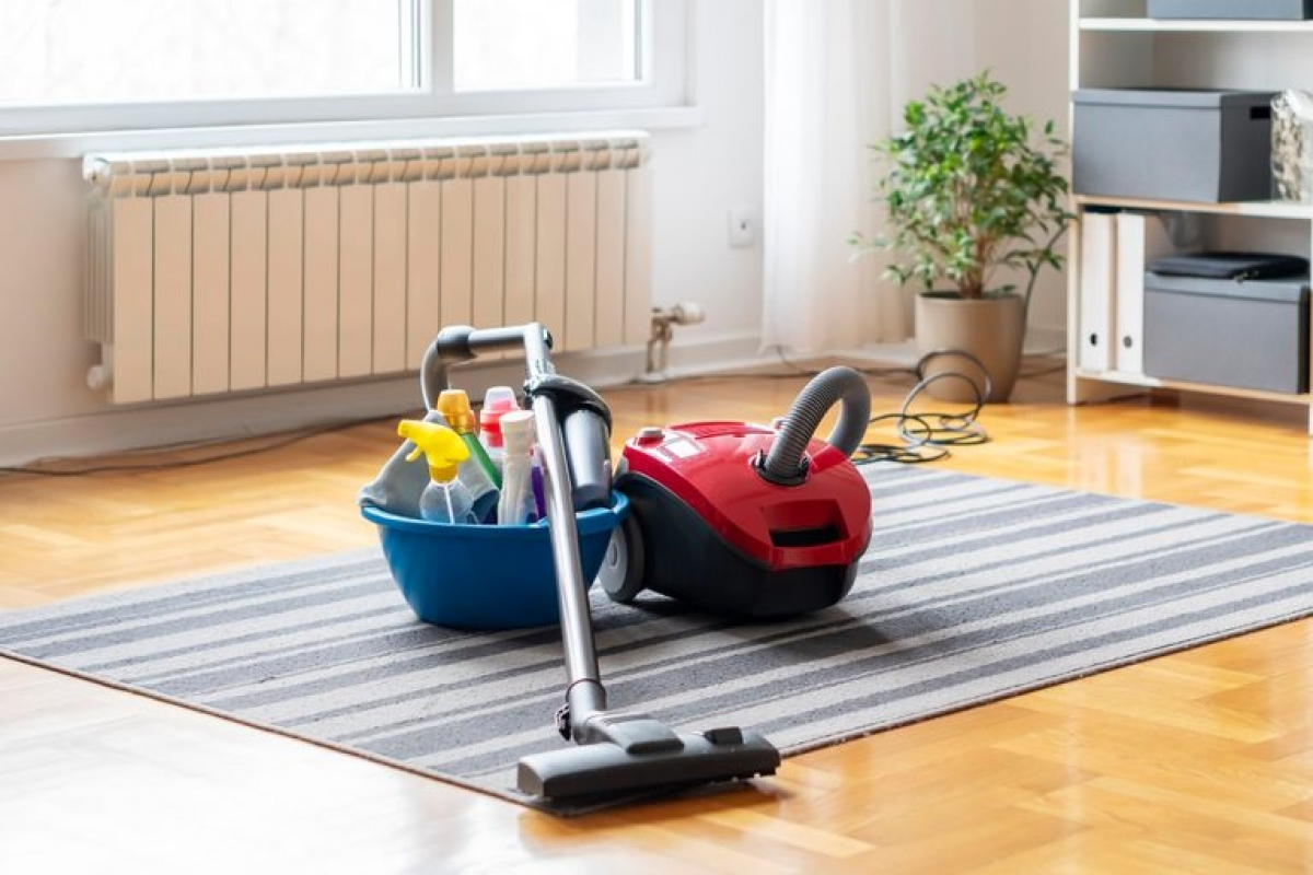 Bạn hãy cẩn thận khi dùng máy hút bụi hoặc chổi để làm sạch sàn nhà đầy bụi, vì các vật dụng này có thể làm bụi bay lên trong không khí và khiến bạn hít vào phổi. Nếu sàn nhà bạn quá nhiều bụi, hãy dùng giẻ lau nhà ướt để lau thay vì quét khô.