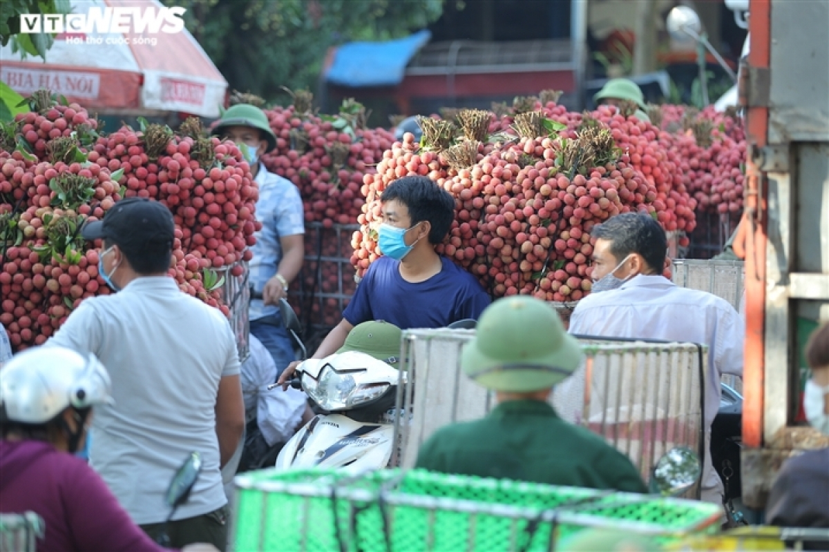Congestion is a special feature of the market every lychee season.