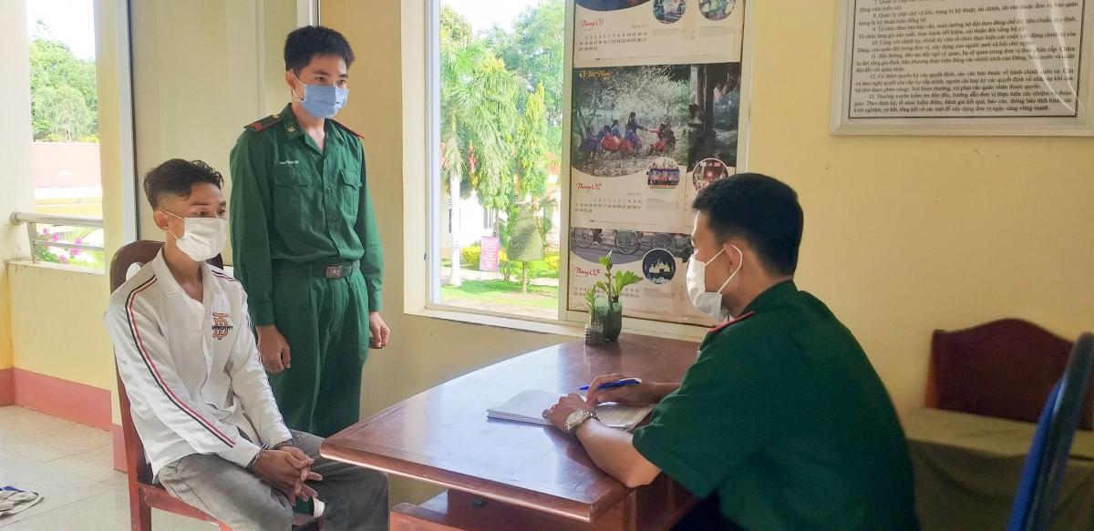 Tổ công tác lấy lời khai đối tượng Trần Văn Khẹp
