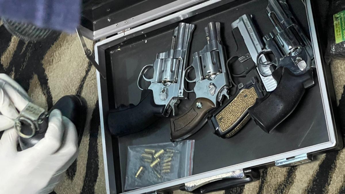 Bên trong căn nhà chứa ma túy còn có nhiều súng đạn.