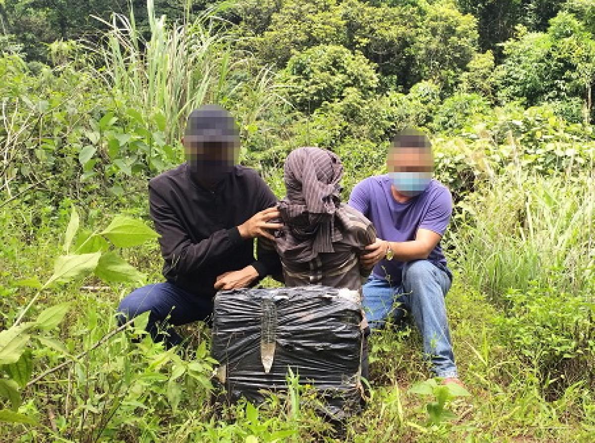 Bộ đội Biên phòng Quảng Bình mật phục và tóm gọn đối tượng vận chuyển 20 bánh cần sa khô