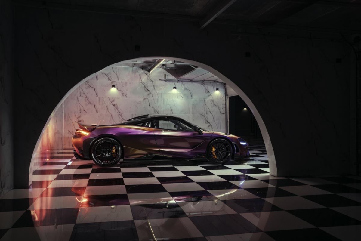 """Chiếc McLaren """"Longtail"""" này được cá nhân hóa thông qua MSO, mang trên mình màu sơn Cerberus Pearl độc đáo. Hiện tại, đây là chiếc 765LT duy nhất được hoàn thiện với màu sơn này. Cerberus Pearl lần đầu được sử dụng trên McLaren P1 trước khi được mang lên Senna với tổng cộng 3 xe dùng nó với ba kiểu phối khác nhau."""