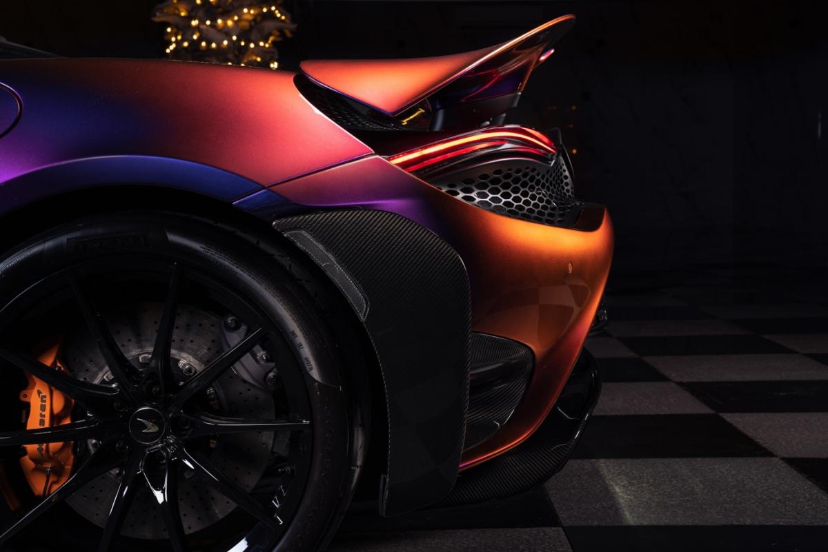 """Nói về chiếc xe, ông Brett Soso, Giám đốc điều hành khu vực châu Âu, Trung Đông và châu Phi của hãng chia sẻ: """"Chúng tôi rất vinh dự khi hoàn thành việc bàn giao chiếc McLaren 765LT cá nhân hóa đặc biệt này đến một trong những khách hàng sành điệu của chúng tôi""""."""