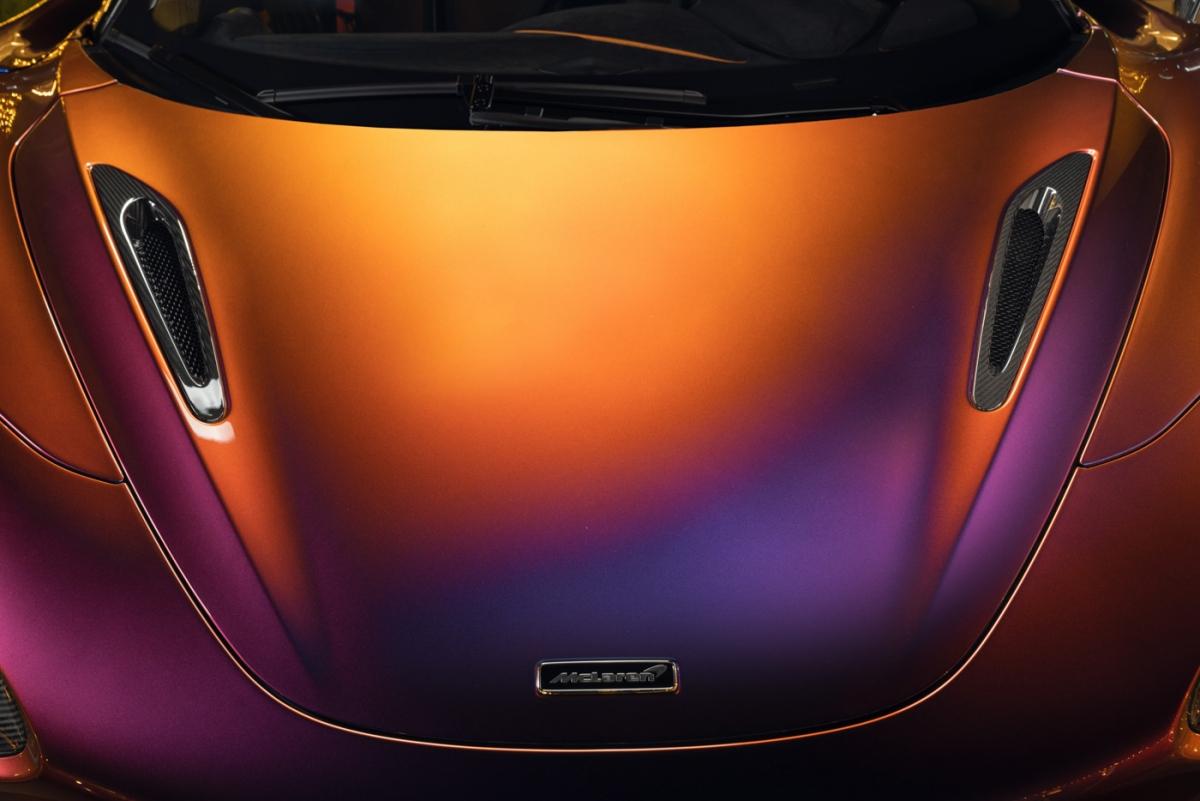 Kết hợp với màu sơn này, các chi tiết ngoại thất như bộ chia gió phía trước, cản sau, khuếch tán gió dưới gầm xe và ốp hông đều được làm bằng vật liệu sợi carbon siêu nhẹ. Ốp gương, hốc gió, hốc đèn cũng được làm bằng loại vật liệu tương tự. Mâm xe sử dụng loại siêu nhẹ có thiết kế 10 chấu, sơn đen bóng. Chiếc 765LT này được trang bị thêm bộ ống hút gió đặt trên nóc xe do MSO chế tạo