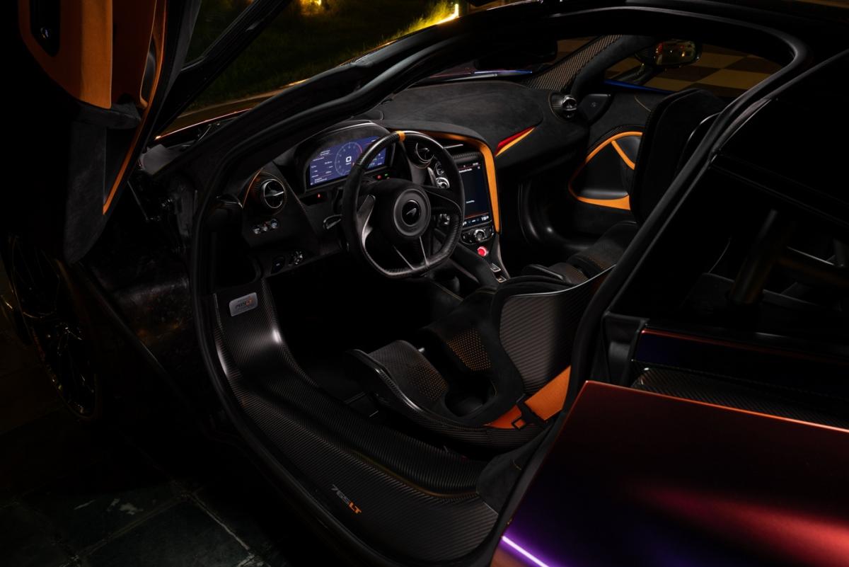 Sự cá nhân hóa tiếp tục được thực hiện bên trong khoang lái với da và vật liệu Alcantara màu đen. Điểm nhấn của nội thất xuất hiện ở bảng táp-lô, ốp cửa cũng như các chi tiết đục lỗ trên ghế được hoàn thiện với màu cam. Xe sử dụng ghế ngồi cố định làm bằng sợi carbon, được trang bị thêm khung chống lật bằng titan và đai an toàn 6 điểm.