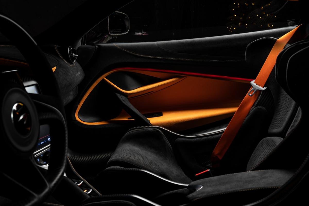 Ngoài những nâng cấp công suất, việc giảm khối lượng cũng đóng góp vào việc tăng khả năng vận hành của mẫu xe này. McLaren cho biết chiếc xe này giảm được 79 kg so với 720S và chỉ nặng 1.229 kg và khối lượng này nhẹ hơn đối thủ nhẹ nhất của nó trong phân khúc này (Ferrari 488 Pista) đến 50 kg.