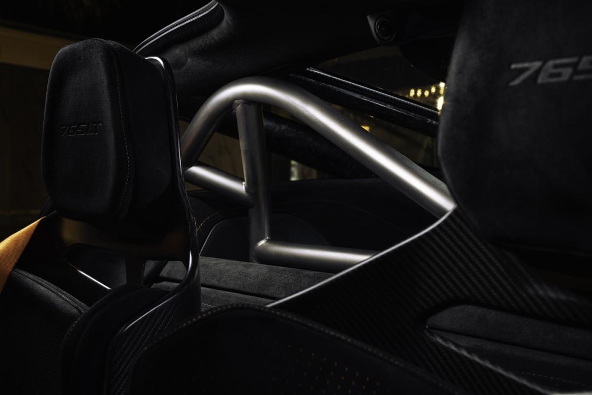 """Giống với McLaren 720S cùng nhiều mẫu siêu xe khác, 765LT vẫn được trang bị khối động cơ V8 tăng áp kép, dung tích 4.0 lít với công suất tối đa 755 mã lực và mô-men xoắn cực đại 799 Nm.Sức mạnh được truyền đến bánh sau thông qua hộp số ly hợp kép 7 cấp được tối ưu, nhờ đó chiếc siêu xe này có thể đạt 100 km/h từ vị trí đứng yên trong 2,7 giây, 200 km/h trong 7,2 giây và tốc độ tối đa đạt 330 km/h.McLaren lần đầu giới thiệu đến công nghệ """"limit downshift"""" giúp quá trình sang số trở nên mượt mà hơn trước đây. Với những thay đổi này, chiếc xe có khả năng sang số ấn tượng hơn 720S đến 15%."""