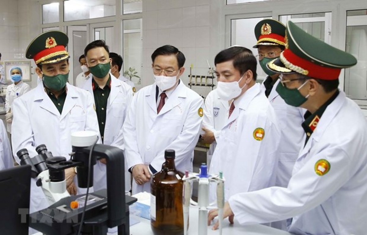 National Assembly Chairman Vuong Dinh Hue(fourth from right) visits a lab in the university (Photo: VNA)