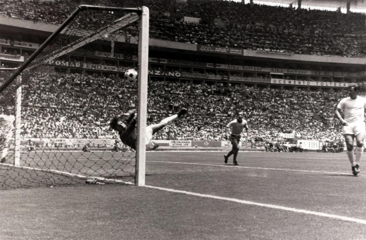 Khoảnh khắc cản phá đi vào lịch sử của thủ môn Gordon Banks ngày này 51 năm trước. (Ảnh: NY Times).