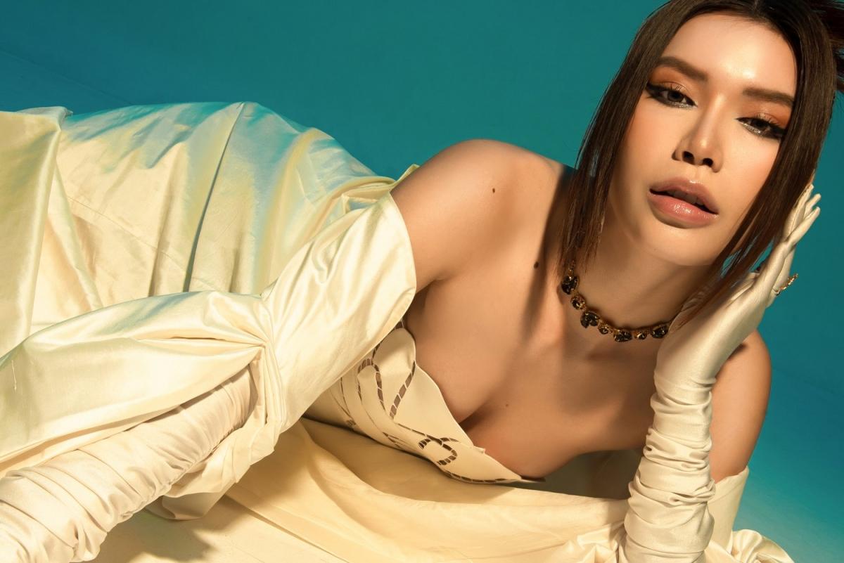 Ở trang phục này sẽ thiếu đi sự hoàn thiện nếu Minh Tú không khéo léo kết hợp cùng găng tay và makeup mềm mại, tạo sự bí ẩn khi pose dáng.