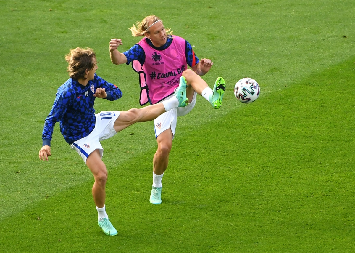Modric cùng đồng đội Vida (Croatia) khởi động trước trận. (Ảnh: Reuters).