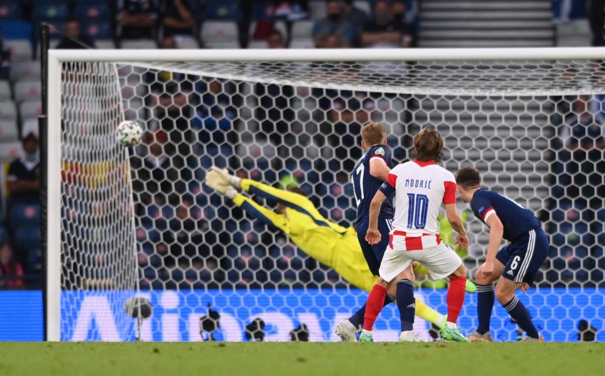 Cú vẩy bóng đẳng cấp của Modric không cho thủ môn Marshall của Scotland có bất cứ cơ hội cản phá nào. (Ảnh: Reuters).