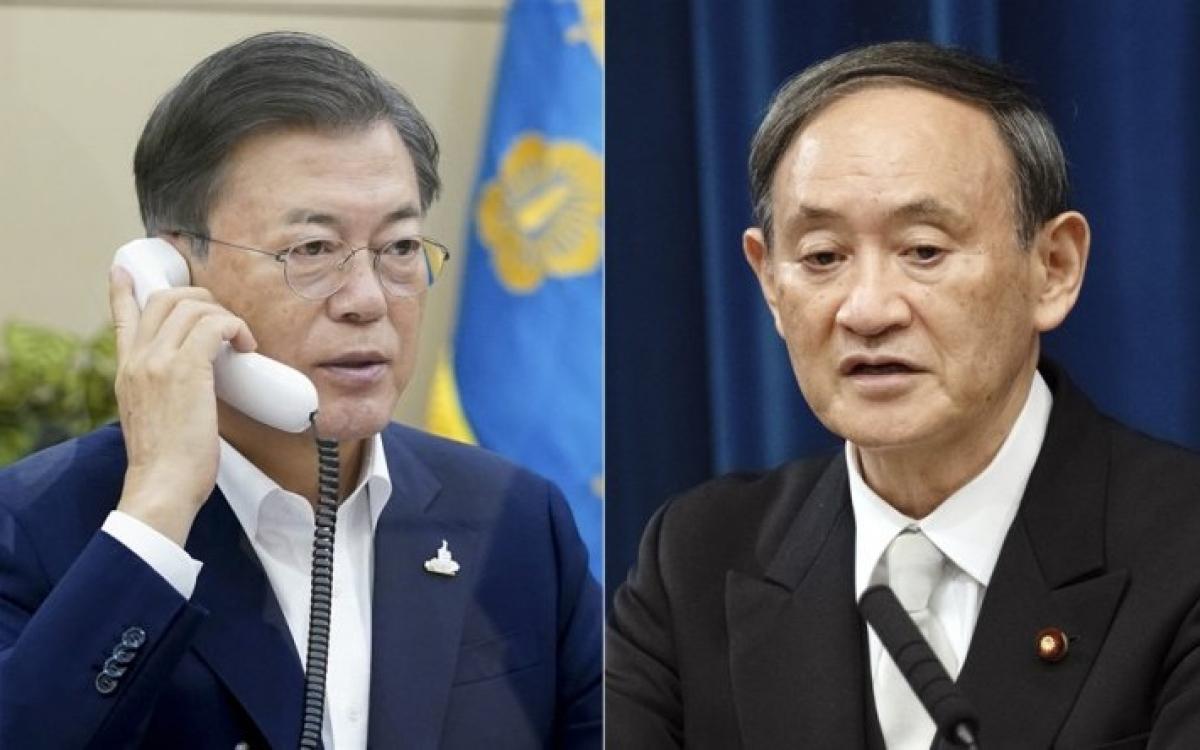 Tổng thống Moon (trái) và Thủ tướng Suga. Ảnh: Korea Times.