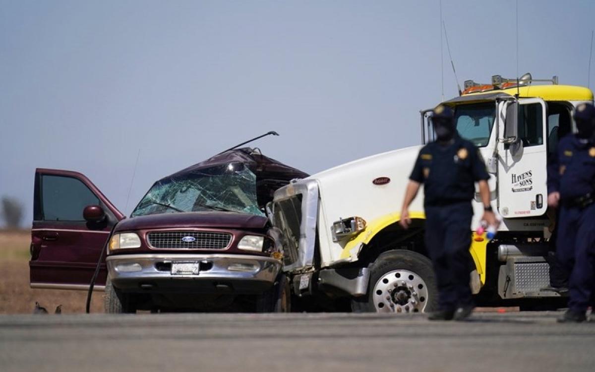 Nhân viên thực thi pháp luật có mặt tại hiện trường vụ tai nạn giao thông. Ảnh: AP.