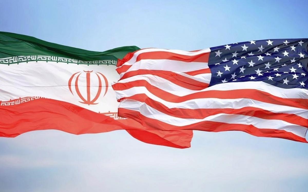 Cờ Iran (trái) và cờ Mỹ. Ảnh: VPR.