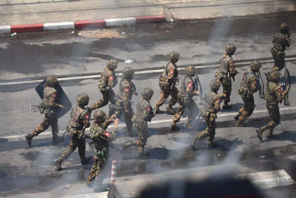 Binh sĩ Myanmar tại Yangon. (Ảnh: Reuters)